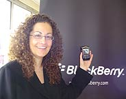 Charmaine Eggberry, vicepresidenta de RIM, con el BlackBerry 8700f. (Foto: elmundo.es)