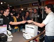 La nueva XBox ha sido presentada en España. El primer comprador fue Álvaro Morán, en la imagen a la izquierda. (Foto: XBox España)