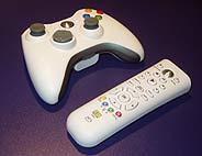 La XBox trae dos mandos, uno inalámbrico para jugar, y el otro para manejar las herramientas multimedia. (Foto: S.R.S.)
