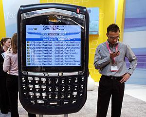 Un anuncio de BlackBerry 8700 en el congreso 3GSM en Barcelona. (Foto: REUTERS)