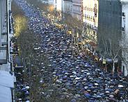 La calle Serrano, durante la manifestación. (Foto: Antonio Heredia)