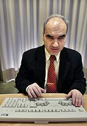Un invidente realiza una demostración del uso del nuevo teclado. (Foto: EFE)