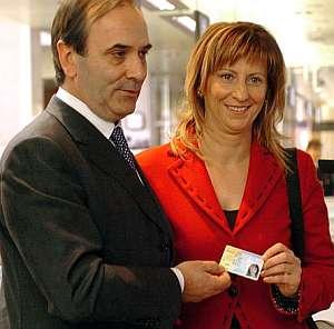 El ministro del Interior, entrega el primer DNI electrónico. (Foto: EFE)