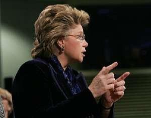 La comisaria Viviane Reding, durante la presentación del plan de la CE. (Foto: AFP)
