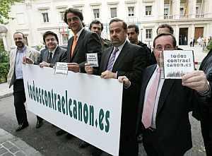 Miembros de la plataforma tras presentar en el Senado firmas de apoyo. (Foto: EFE)
