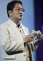 Ken Kutaragi muestra el mando de la PS3. (Foto: AP)