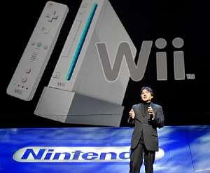 El presidente de Nintendo, Satoru Iwata, presenta Wii y su mando. (Foto: AFP)