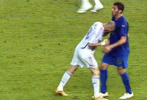 Momento en el que Zidane propina un cabezazo a Materazzi. (Foto: AFP)