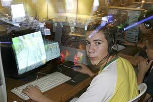 Un joven juega en una 'party' informática en Gines. (Foto: Conchitina)