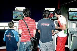 Varios jóvenes juegan con consolas en Madrid. (Foto: EL MUNDO)