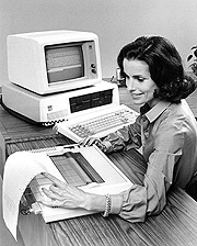 Los PC se convirtiron rápidamente en una herramienta fundamental en las oficinas. (Foto: AFP)