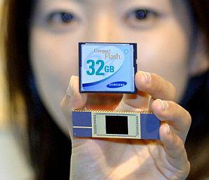 El primer chip de memoria flash de 32 gigas. (Foto: AFP)