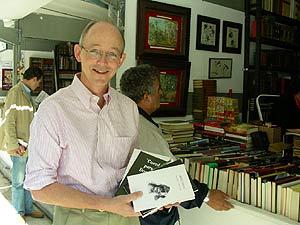 Young mostró sus libros frente a la Feria del Libro Antiguo de Madrid. (Foto: P. R.)
