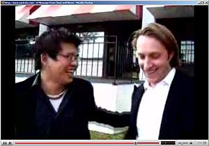 Chad Hurley y Steve Chen se ríen en un vídeo de YouTube mientras dan las gracias a sus usuarios.