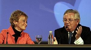 María Teresa Fernández de la Vega junto al periodista Fernando Jauregui. (Foto: EFE)