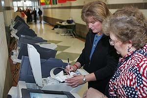Dos mujeres comprueban las máquinas en Lindon, Utah. (Foto: AP)