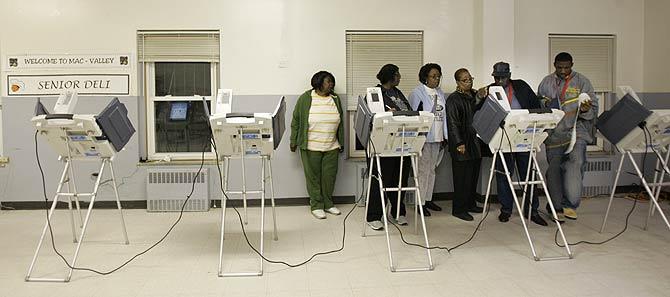 Ciudadanos tratan de moner en marcha las máquinas en Cleveland. (Foto: AP)