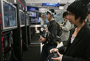 Jugadores en la sede de Sony, en Tokio. (Foto: REUTERS)
