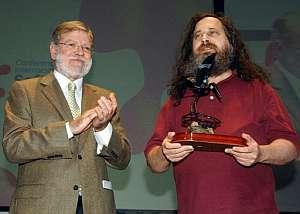 Juan Carlos Rodríguez Ibarra entrega el I Premio Internacional Extremadura de Conocimiento Libre a Richard Stallman. (Foto: EFE)