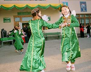 Dos niñas bailan a la entrada de un centro electoral en Ashgabat, dutante los comicios del domingo. (Foto: EFE)