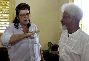 El ministro cubano de Cultura junto a Wole Soyinka. (Foto: EFE)