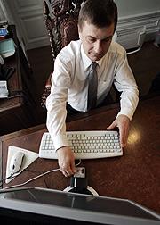Los estonios se sirven de un lector electrónico para votar. (Foto: AFP)