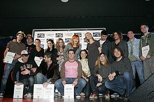 Foto de familia de los galardonados por Promusicae. (Foto: EFE)