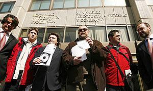 Miembros de la plataforma 'Todoscontraelcanon' a las puertas del Ministerio de Economía. (Foto: EFE)