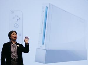 El 'padre' de Super Mario, Shigeru Miyamoto, con la Wii de fondo. (Foto: AP)
