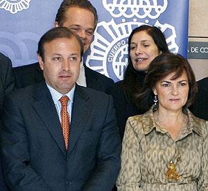 La ministra de Cultura, Carmen Calvo, y el director general de la Policía y la Guardia Civil, Joan Mesquida, posan junto a algunos artistas. (Foto: EFE)