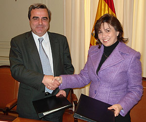 Carlos Ríos (CGPJ) y Rosa García (Microsoft), tras la firma del acuerdo. (Foto: elmundo.es)