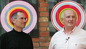 Eric Nicoli (EMI) y Steve Jobs (Apple), en la rueda de prensa en Londres. (Foto: AFP)