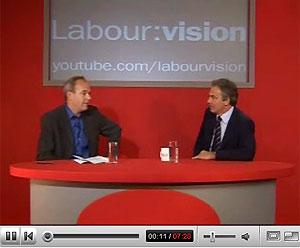 Imagen del primer ministro británico (derecha), durante la entrevista en YouTube.