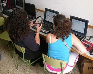 Mujeres con ordenadores en el Centro Penitenciario Wad-Ras de Barcelona. (Foto: GenCat)
