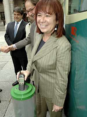 La ministra de Medio Ambiente, Cristina Narbona, recicla un móvil viejo. (Foto: EFE)