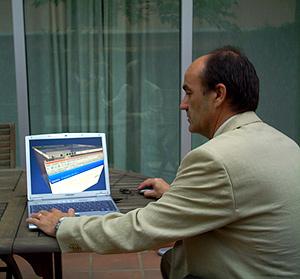 Paco Rivière con su ordenador.