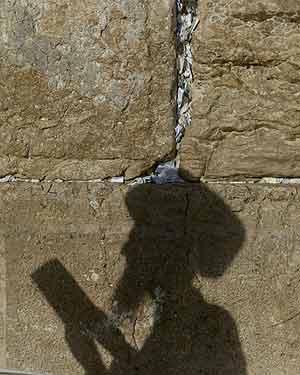 Un judío ortodoxo reza frente al Muro de las Lamentaciones en Jerusalén. (Foto: AP)