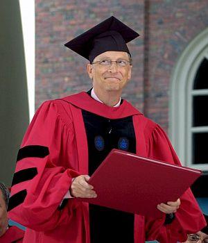 Gates, vestido para recoger su título. (Foto: EFE)