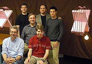 El equipo del MIT con las bobinas al fondo.
