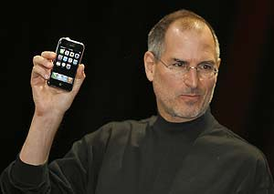 Steve Jobs, en la presentación del iPhone el 9 de enero. (Foto: AFP)