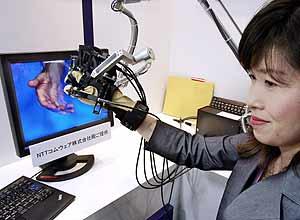Una empleada de NTT prueba el nuevo sistema de la compañía japonesa. (Foto: AFP)