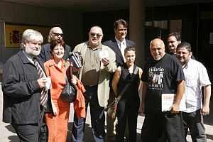 Miembros de la Plataforma 'TodoscontraelCanon', tras entregar hoy 1.300.000 firmas contra el canon digital en el Ministerio de Cultura. (Foto: EFE)