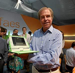 Nicholas Negroponte, director de Media Lab del MIT, en una imagen reciente con un ordenador XO. (Foto: José Aymá)