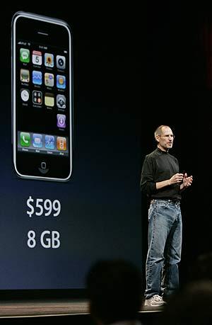 Steve Jobs, en una imagen tomada la semana pasada en San Francisco, anunciando la rebaja en el precio del iPhone. (Foto: AP)
