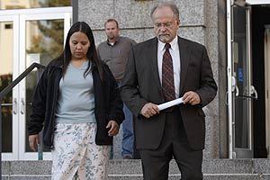 Jammie Thomas y su abogado, Brian Toder, a la salida del juicio. (Foto: AP)