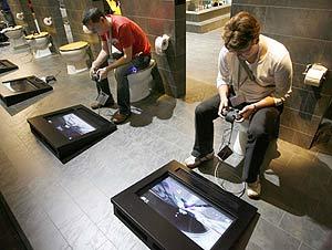 Visitantes en la última Games Convention 2007 de Leipzig juegan con PS3. (Foto: REUTERS)