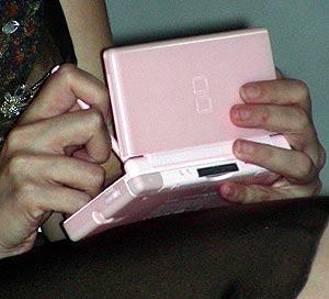 La consola Nintendo DS en las manos de Espido Freire.