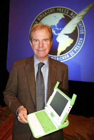 Negroponte posa con uno de los 'portátiles de 100 dólares'. (FOTO: EFE)