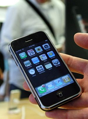 Un hombre muestra un iPhone en una tienda de Apple. (Foto: AFP)