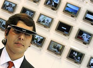 Un hombre prueba unas gafas multimedia en SIMO 2007. (Foto: Reuters)